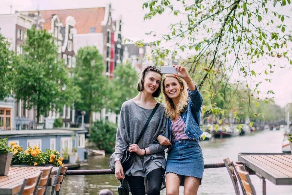2 Frauen vor dem Fluss Amstel in Amsterdam