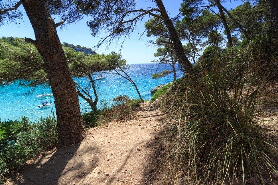 Weg zum Cala Trebaluger auf Menorca
