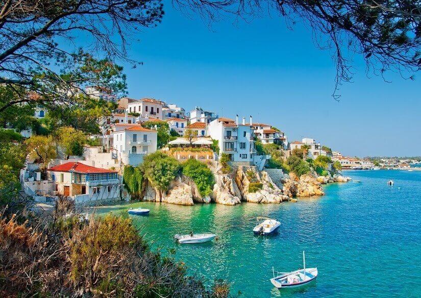 Küste von Skiathos mit Häusern und Booten