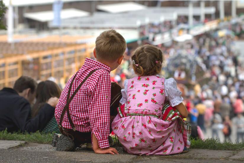 Junge und Mädchen auf dem Oktoberfest
