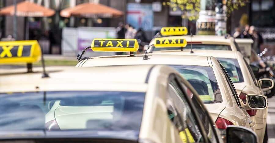 Taxistand mit vier Taxis