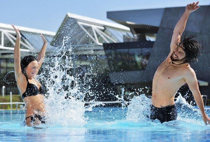 Paar spielt im Wasser