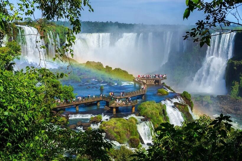 Iguazu Falls mit Regenbogen zwischen Brasilien und Argentinien