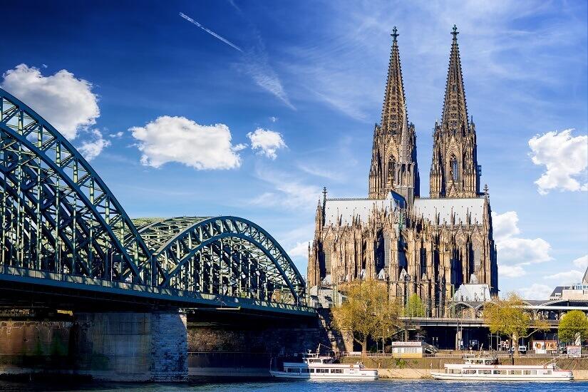 Bild Kölner Dom, davor der Rhein in Köln