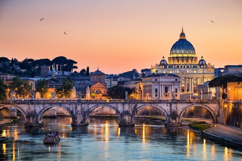 Bild Der Petersdom im stimmunggvollem Abendlicht