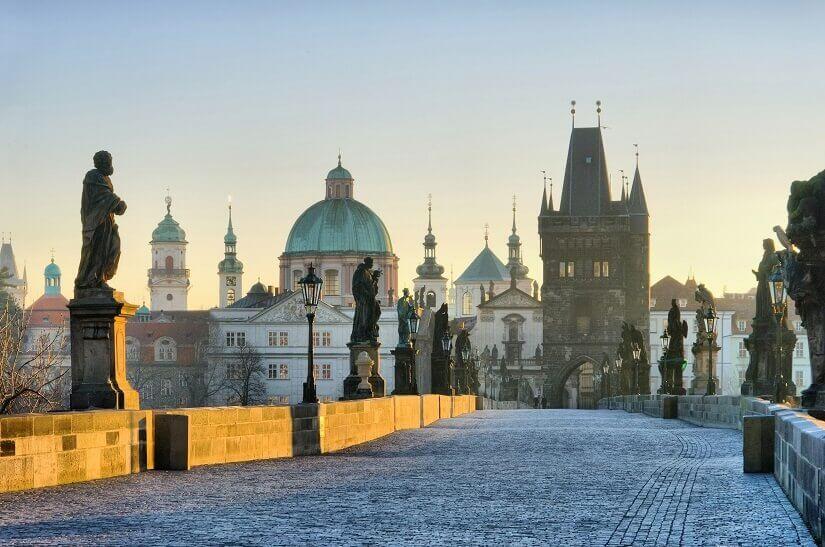 Bild Heilige säumen die Karlsbrücke in Prag