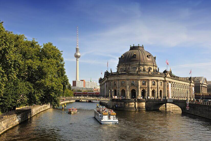 Berlin Museumsinsel mit dem Bode Museum im Vordergrung