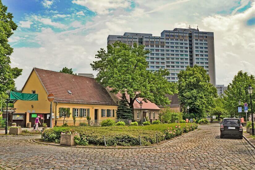 Berlin Alt-Marzahn Kontrast von Dorf und Stadt