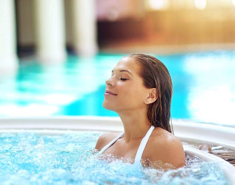 Bild Warmes Wasser im Whirlpool entspannt den Körper
