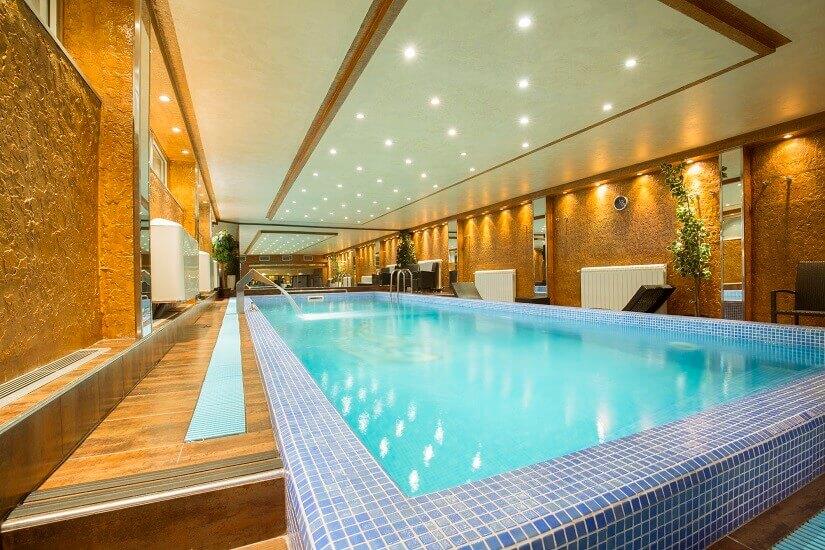 Großes Schwimmbad im Wellnesshotel
