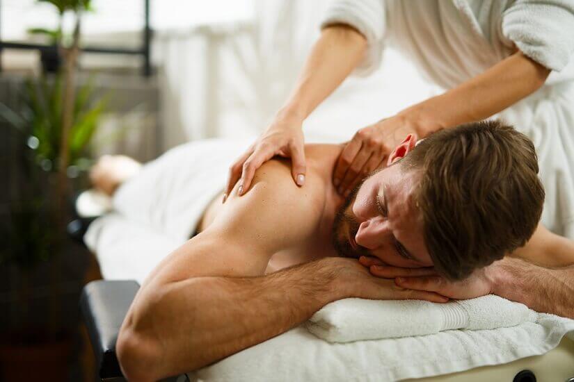 Entspannende Massage für den Mann