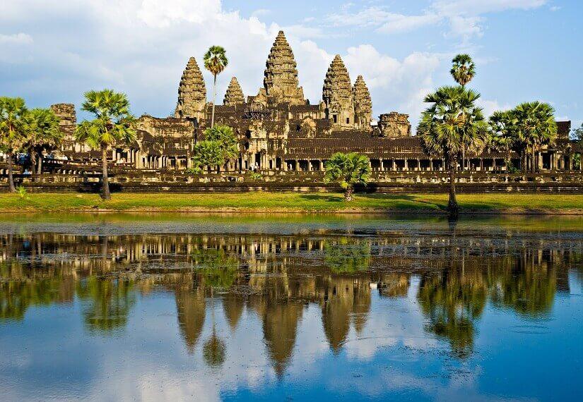 Bild Der Tempel von Angkor Wat spiegelt sich im Wasser