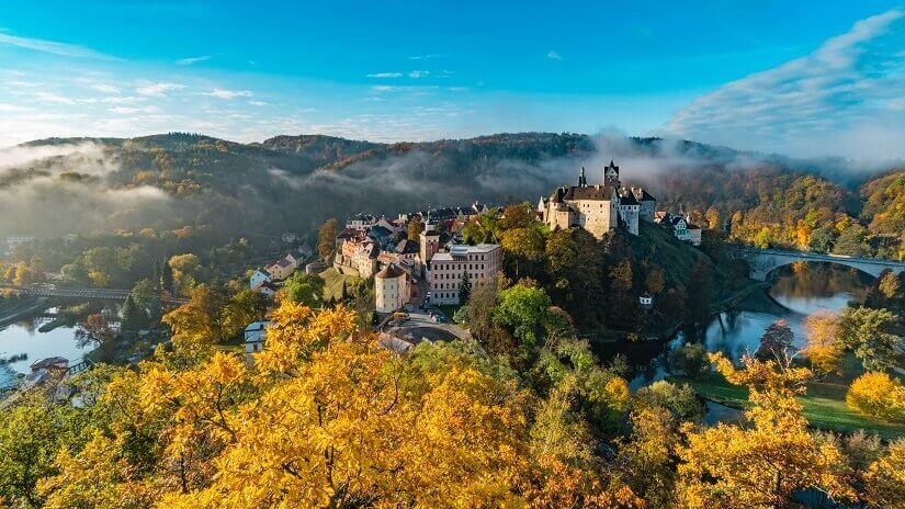 Im Herbst leuchten die Wälder um Loket mit der gleichnamigen Festung besonders stimmungsvoll.
