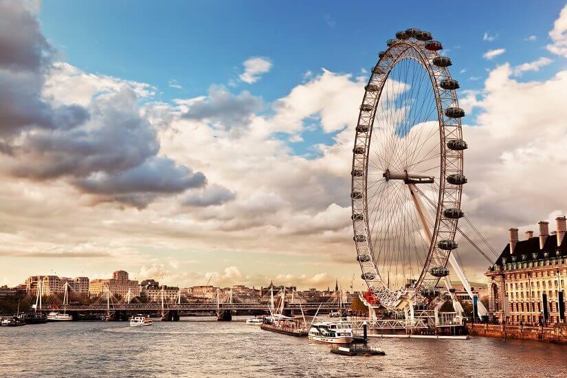 Das Riesenrad London Eye mit der Themse im Vordergrund