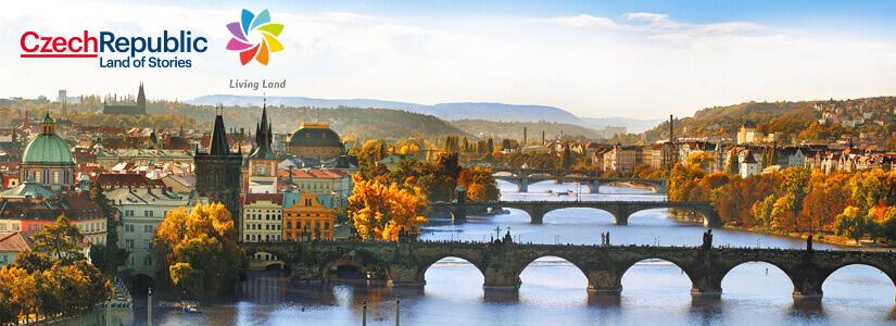 Die Goldene Stadt Prag mit Blick auf die Moldau, über welche sich die Karlsbrücke zur Prager Kleinseite spannt.