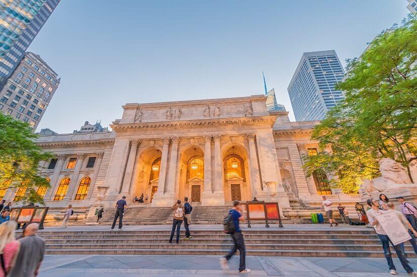 Die Public Libary an der 5th Avenue ist ein prunkvoll gestaltetes Gebäude in Manhattan.