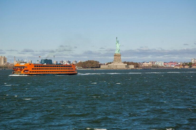 Die Staten Island Ferry in New York City ist mit dem Metroticket nutzbar und führt an der Freiheitsstatue entlang.