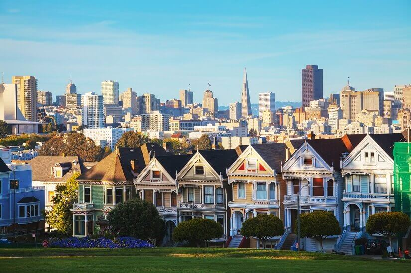 Die Painted Ladies vor der Stadtsilhoutte San Franciscos