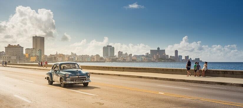 Oldtimer an der Küstestrasse Malecón vor Havanna auf Kuba
