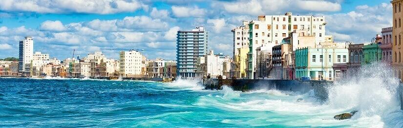 Panorama von Havanna auf Kuba mit hohen Wellen