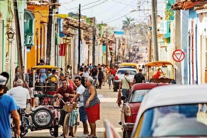 Belebte Strasse auf Kuba