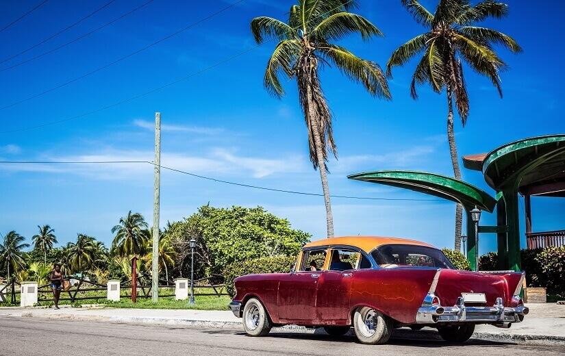 Oldtimer am Straßenrand auf Kuba