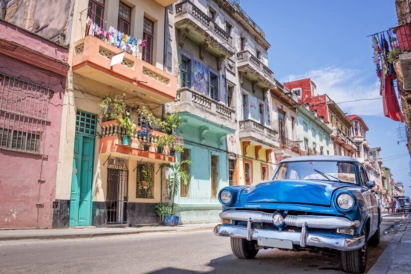Oldtimer in den Straßen von Alt Havanna auf Kuba