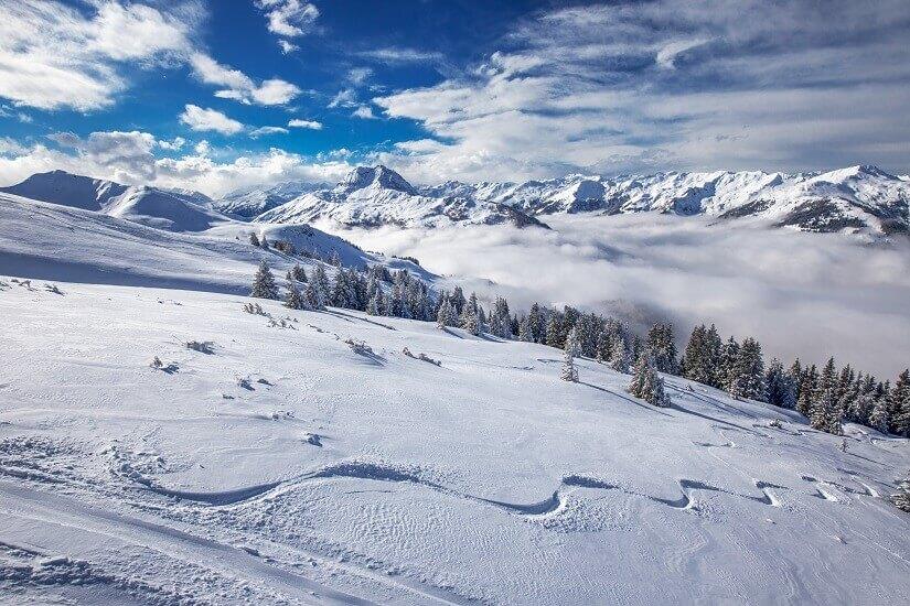 Skigebiet bei Kitzbühel in Österreich