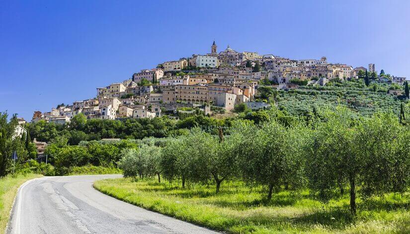 Trevi in Umbrien, im Vordergrund Olivenbäume
