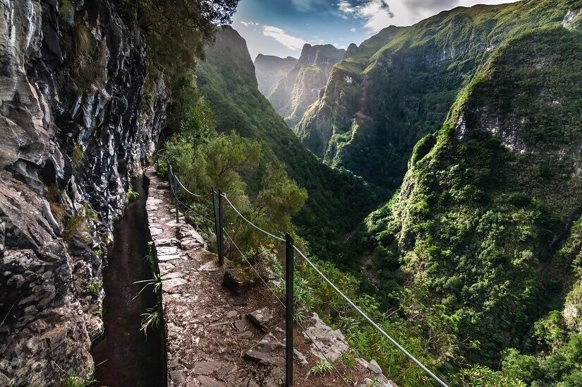 Wanderweg entlang einer Levada auf Madeira