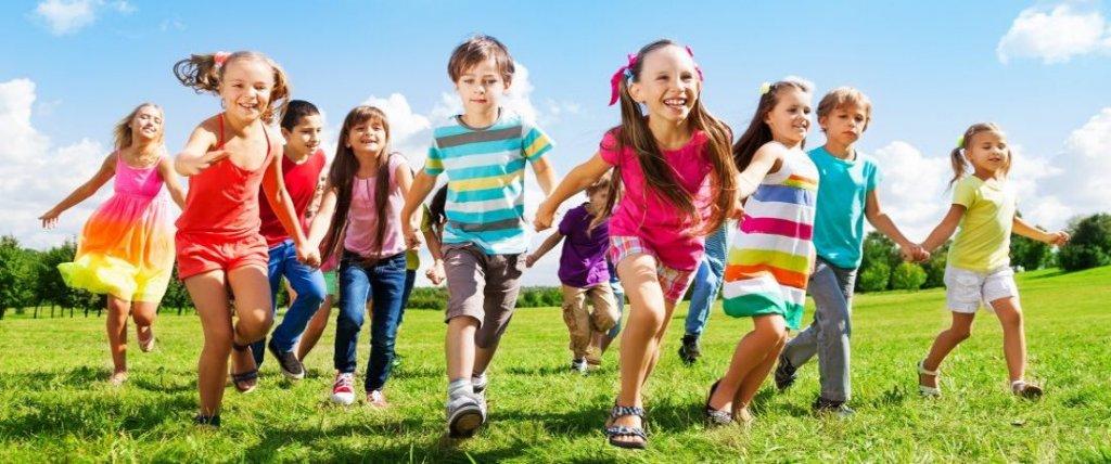 Kinder rennen auf Wiese