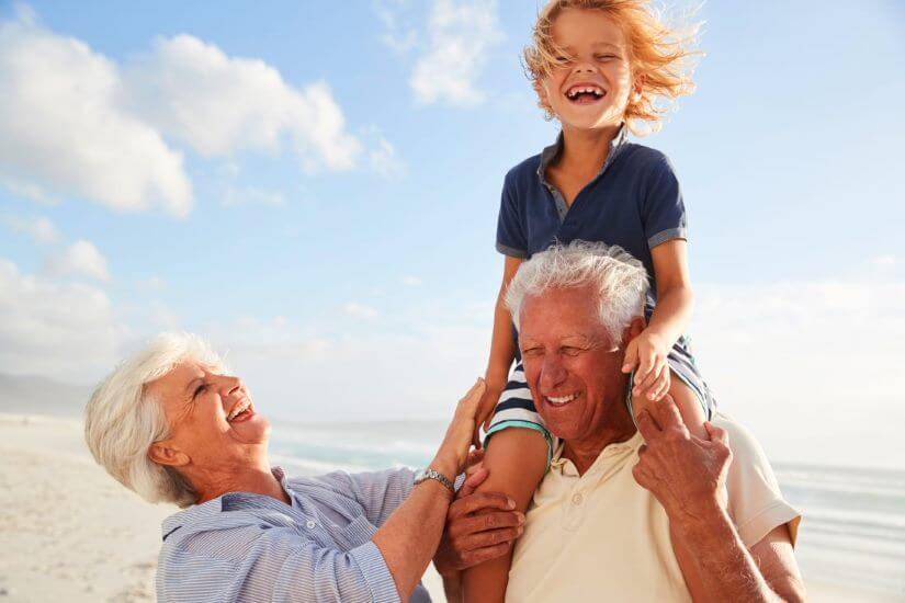 Großeltern mit Enkeln am Strand