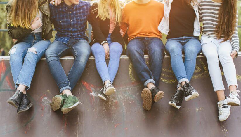 Teenager sitzen in Reihe