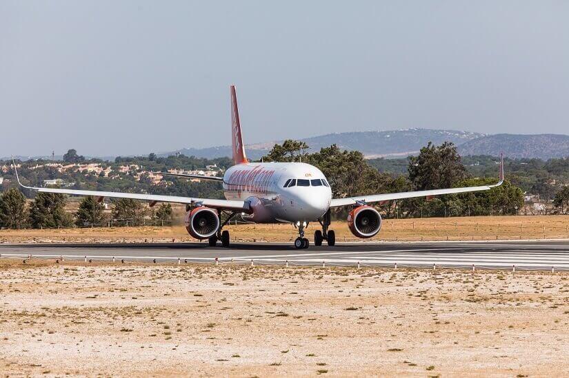 Flugzeug von Easyjet startet vom Flughafen Faro