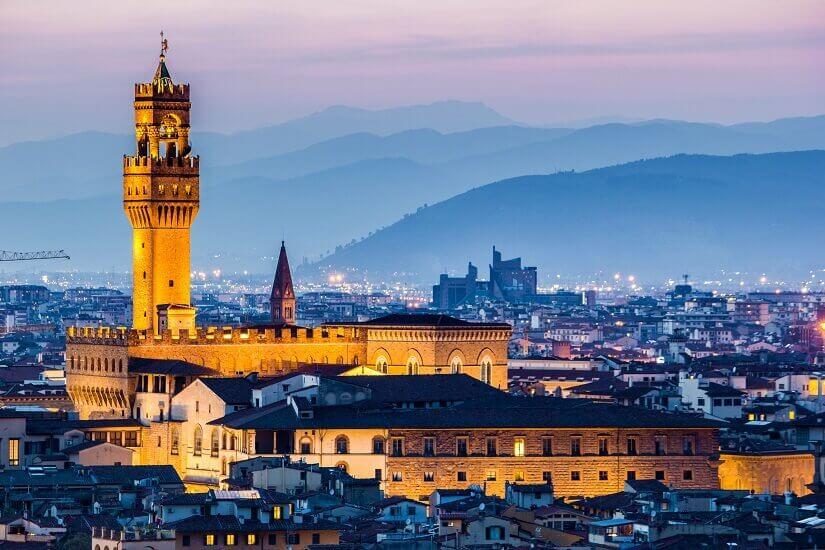 In der Dämmerung angestalter Palazzo Vecchio in Florenz