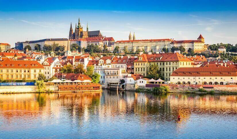 Blick auf die Prager Burg, im Vordergrund die Moldau