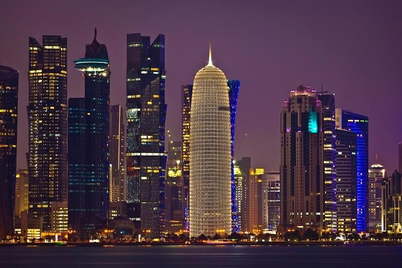 Blick auf die Wolkenkratzer von Doha in der Nacht