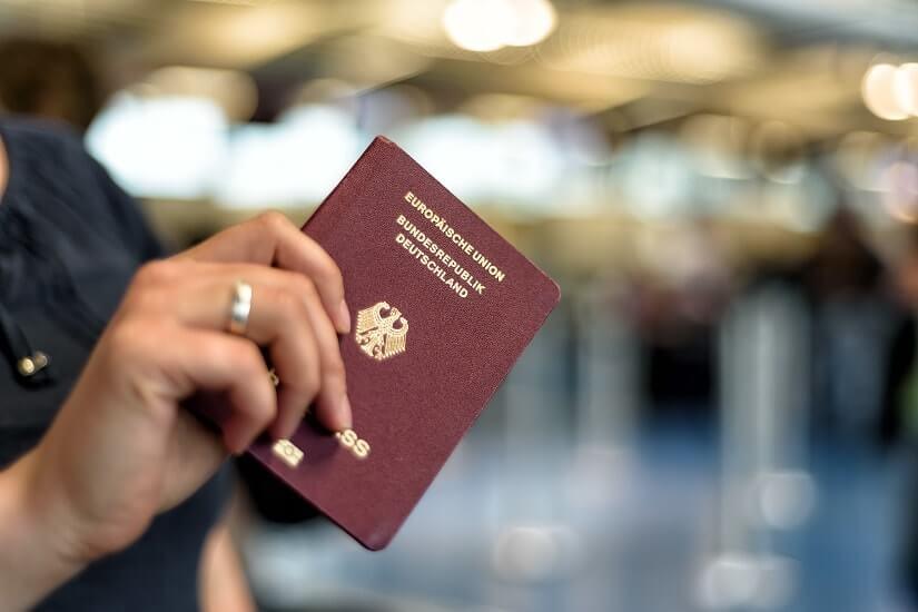 Bild Reisepass in der Hand am Flughafen