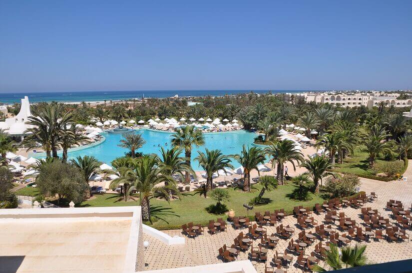 Hotelanlage und Strand auf Djerba in Tunesien