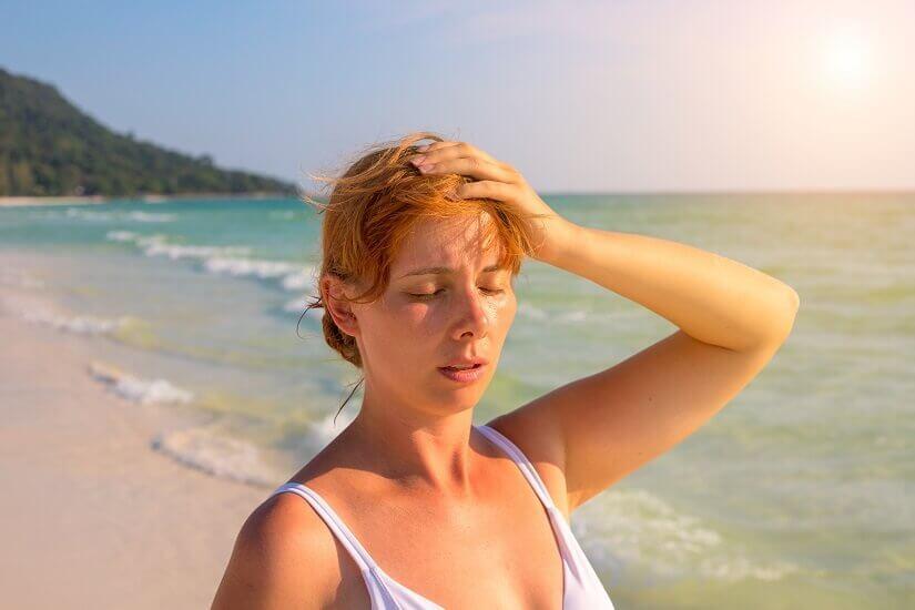 Eine Frau leidet im Urlaub an den Folden des Jetlags