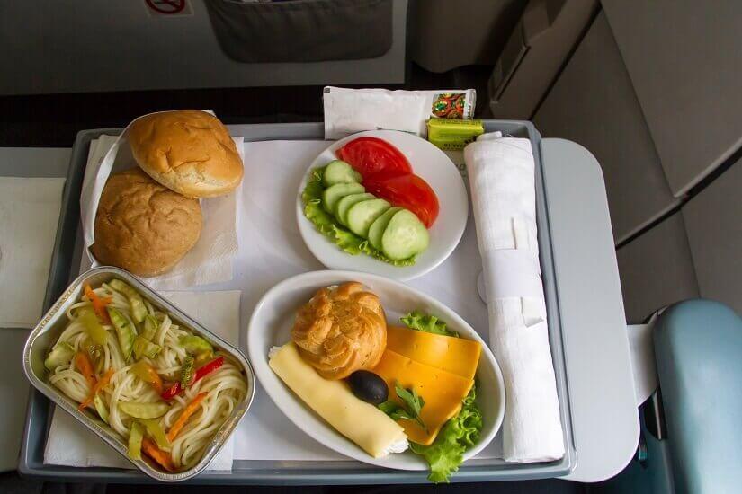 Ein Tablett mit Essen im Flugzeug