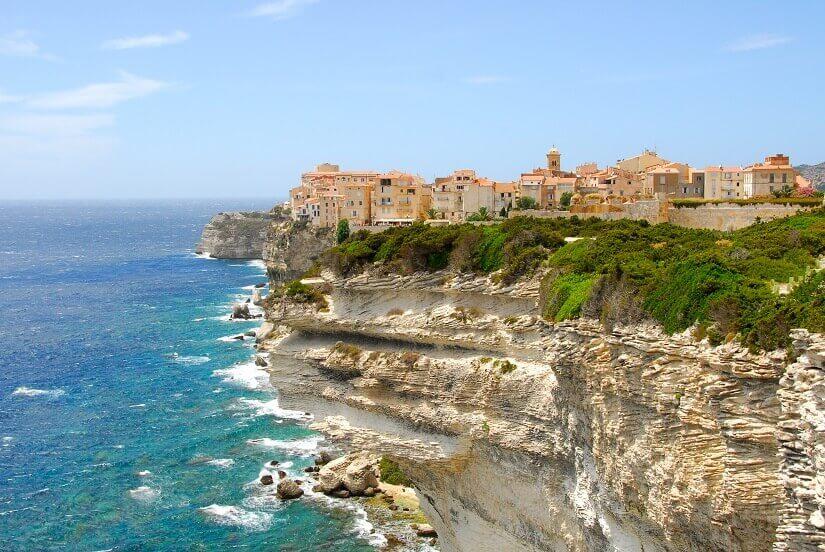 Das über einer Steilklippe thronende Bonifacio auf Korsika