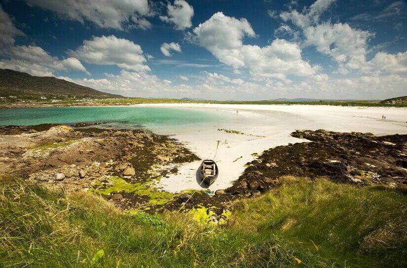 Bild Sandbucht mit Fischerboot in Galway, Irland