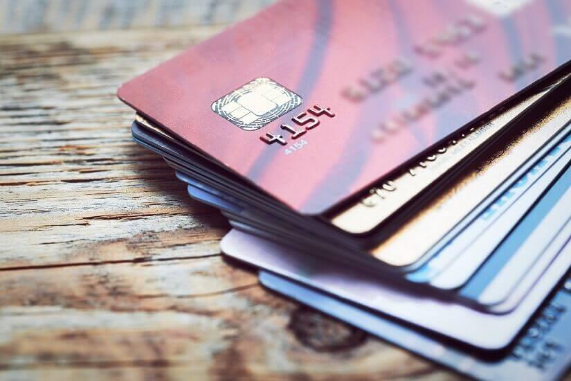 Kreditkartenstapel auf einem Holztisch