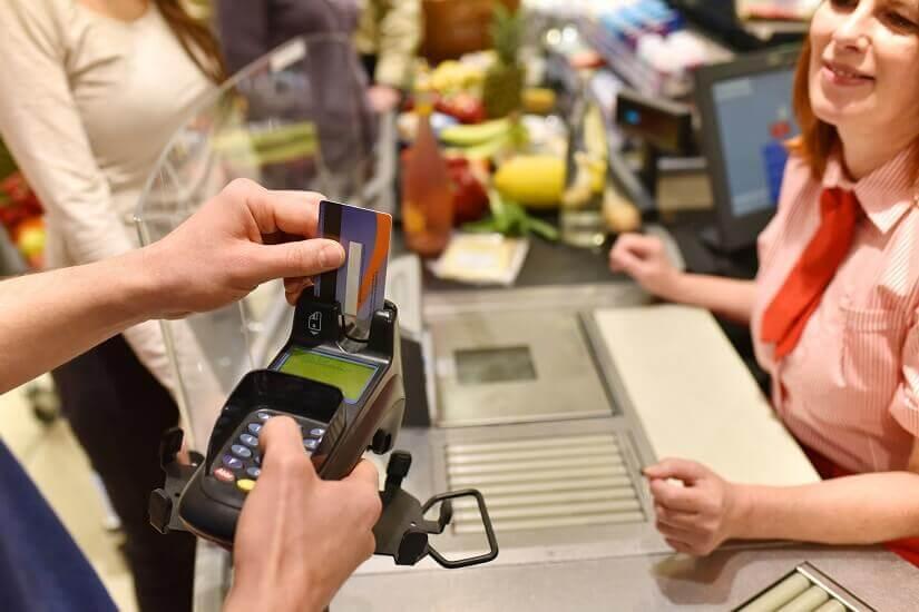 Ein Kunde zahlt im Supermarkt mit EC-Karte