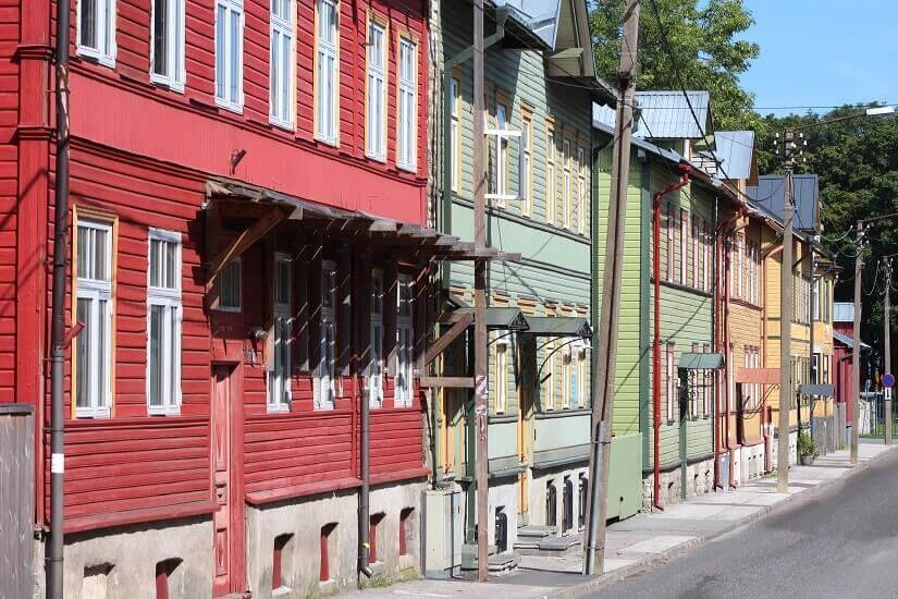 Bunte Holzhäuser im Tallinner Stadtteil Kalamaja