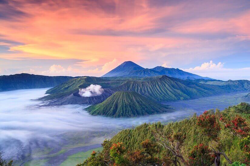 Blick auf die Vulkane im Bromo-Tengger-Semeru Nationalpark auf Java