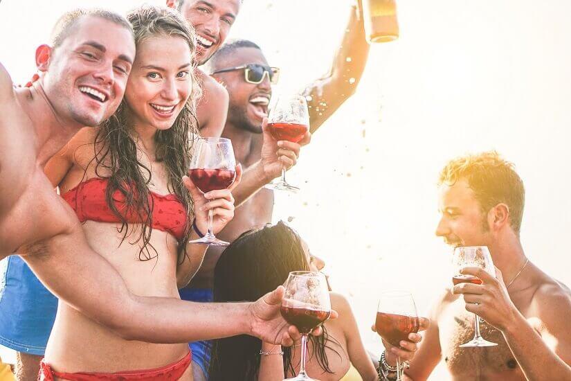 Feiern mit Sangria auf Mallorca
