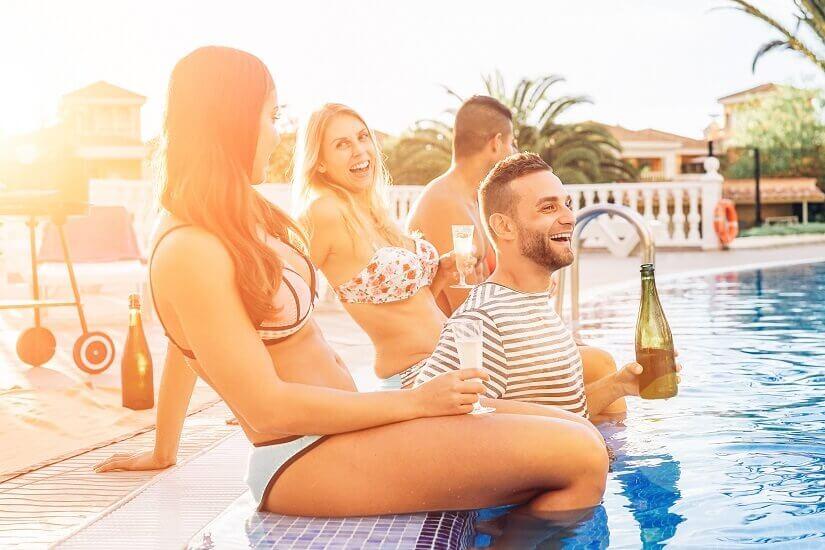 Warum nur abends feiern? Party am Pool