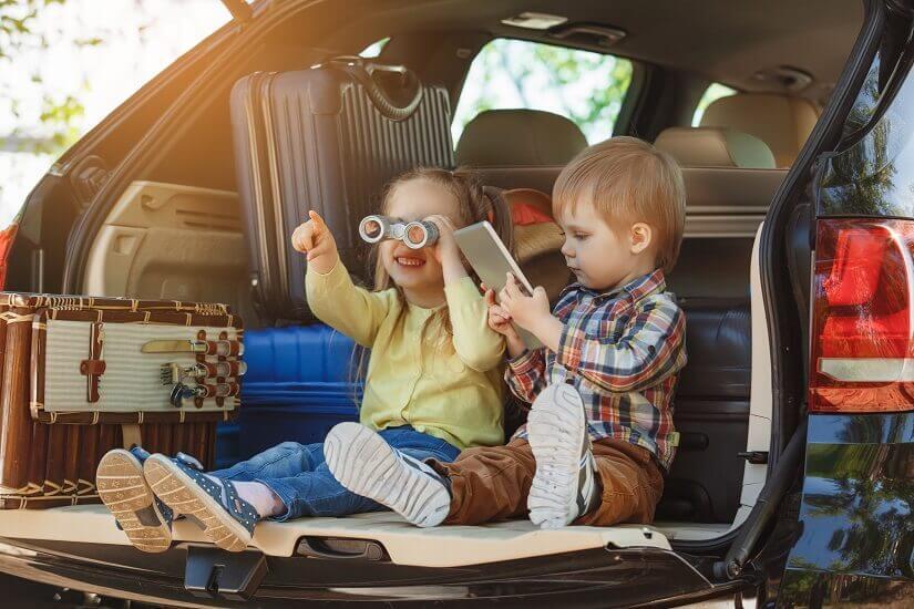 Kinderspaß im Auto auf Reisen